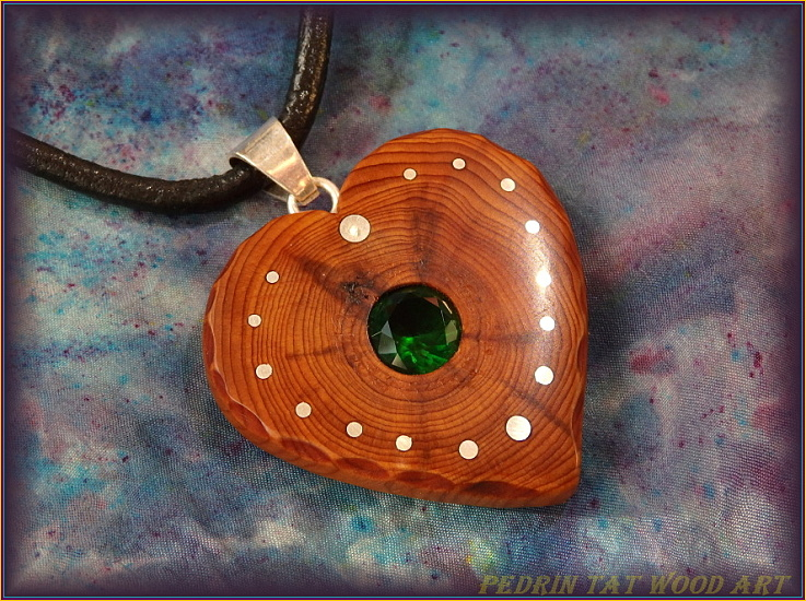 Wooden necklace NH-474 HEART - JUNIPER - Grren glass